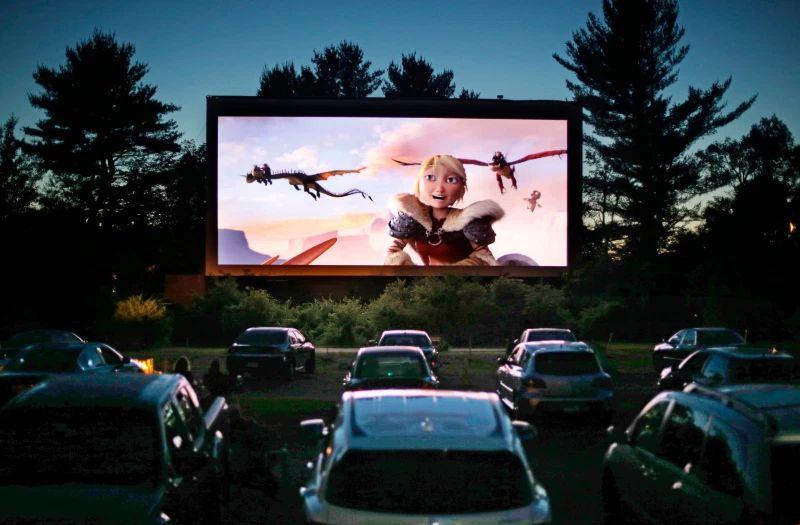 https: img.okezone.com content 2020 07 03 52 2240603 sejarah-nonton-bioskop-dari-mobil-dimulai-tahun-1933-IKEZ92Jd5T.jpg