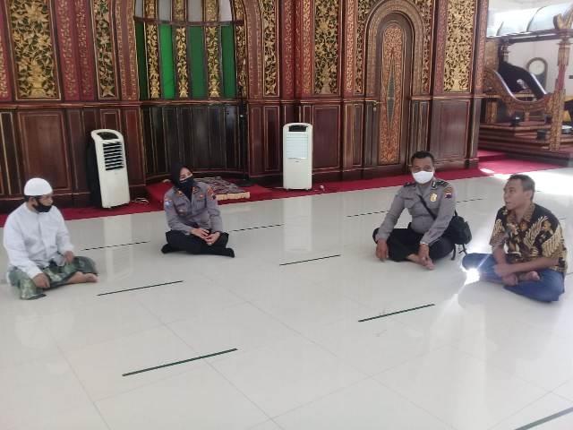 https: img.okezone.com content 2020 07 03 614 2240955 masjid-di-solo-siap-sambut-new-normal-sediakan-sarana-cegah-covid-19-NsowQcl37f.jpg