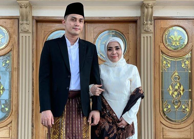 https: img.okezone.com content 2020 07 03 617 2240622 simpel-dan-stylish-intip-6-inspirasi-ootd-couple-ala-mudzalifah-dan-suami-XYpPTlPR3D.JPG