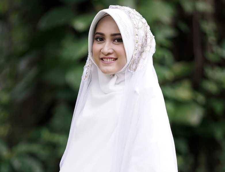 https: img.okezone.com content 2020 07 03 617 2240683 cantik-islami-ini-5-inspirasi-gaya-busana-hijab-ala-meyda-sefira-6S49QkNUeg.jpg