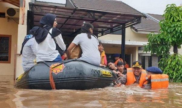 https: img.okezone.com content 2020 07 04 340 2241001 sungai-bone-meluap-permukiman-di-5-kelurahan-terendam-banjir-2-meter-lpr44Q0v7J.png