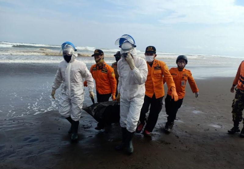 https: img.okezone.com content 2020 07 04 512 2241035 wisatawan-tewas-tergulung-ombak-di-pantai-jetis-cilacap-jYRQl3447O.jpg