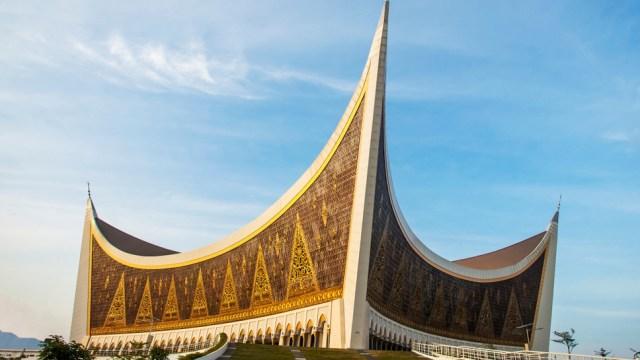 https: img.okezone.com content 2020 07 04 615 2241223 intip-arsitektur-unik-nan-indah-khas-minang-di-masjid-raya-sumbar-cj8ZW9J3ME.jpg
