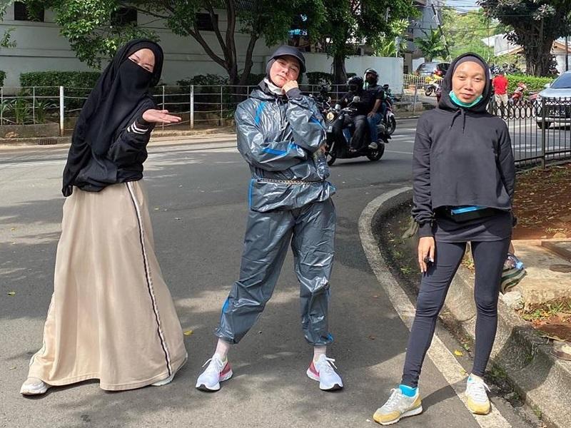 https: img.okezone.com content 2020 07 05 194 2241451 outfit-lari-pagi-mulan-jameela-curi-perhatian-netizen-jas-hujan-ZwvW2F51w2.jpg