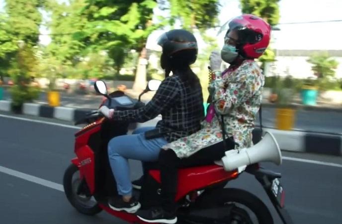 https: img.okezone.com content 2020 07 05 519 2241597 naik-motor-risma-keliling-jalan-raya-ingatkan-masyarakat-gunakan-masker-QWELZBKWLa.jpg