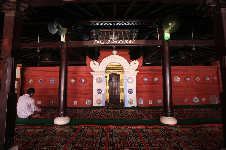 https: img.okezone.com content 2020 07 05 615 2241377 jejak-ulama-baghdad-di-masjid-merah-panjunan-cirebon-XbZCm3KE0L.jpg