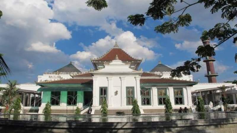 https: img.okezone.com content 2020 07 05 615 2241508 intip-pesona-masjid-agung-sultan-mahmud-badaruddin-palembang-FSs0ue8gEN.jpg
