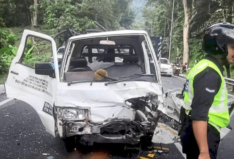 https: img.okezone.com content 2020 07 06 18 2241839 gara-gara-durian-terbang-truk-tukang-ac-kecelakaan-lukai-dua-orang-Tt8njPm9lq.jpg