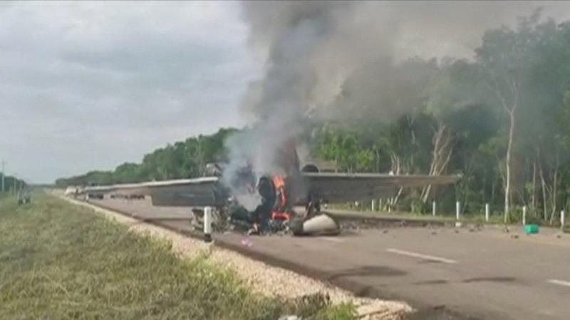 https: img.okezone.com content 2020 07 06 18 2242042 pesawat-pembawa-narkoba-miliaran-rupiah-ditemukan-terbakar-di-jalanan-meksiko-I0dkIAqhd7.jpg