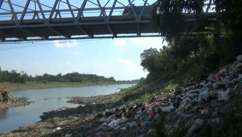 https: img.okezone.com content 2020 07 06 512 2241707 sungai-bengawan-solo-dipenuhi-sampah-popok-warga-mengeluh-bau-YKO870L8j8.jpg