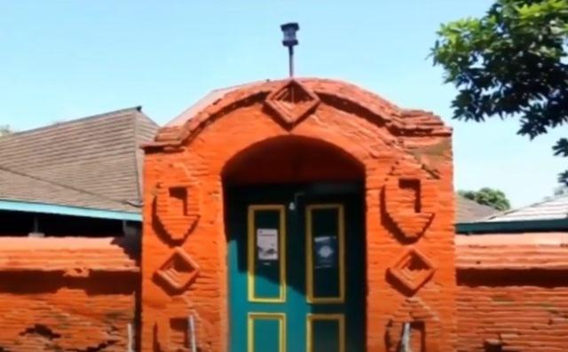 https: img.okezone.com content 2020 07 06 615 2241964 indahnya-masjid-agung-sang-ciptarasa-dibangun-dengan-batu-bata-merah-hl7Hvym3NI.jpg