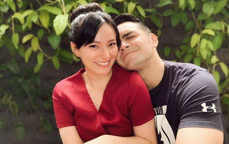 https: img.okezone.com content 2020 07 07 33 2242532 suami-siaga-jonas-rivanno-gendong-asmirandah-yang-hamil-besar-SQJnsyigDx.jpg