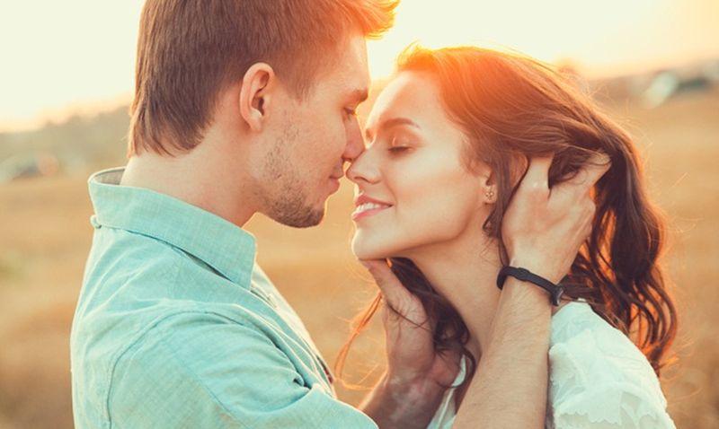 https: img.okezone.com content 2020 07 07 612 2242622 5-meme-internasional-kissing-day-yang-bikin-jomblo-makin-ngenes-tL1EFKhAdO.jpg