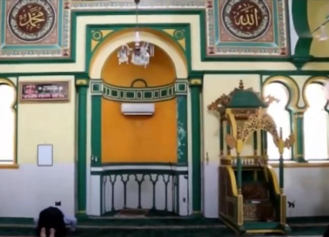 https: img.okezone.com content 2020 07 07 615 2242580 uniknya-masjid-al-osmani-medan-berwarna-kuning-penuh-nilai-sejarah-pWdQWdno6e.jpg