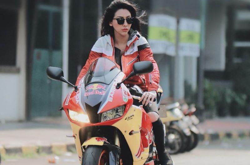 https: img.okezone.com content 2020 07 08 194 2243214 4-pesona-angela-lorenza-jadi-lady-bikers-sangar-nan-menggoda-r9030ubrH1.jpg