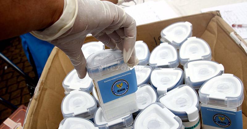 https: img.okezone.com content 2020 07 08 338 2242901 antisipasi-narkoba-polda-metro-akan-tes-urine-anggotanya-sebulan-sekali-D8vpYWvDP9.jpg