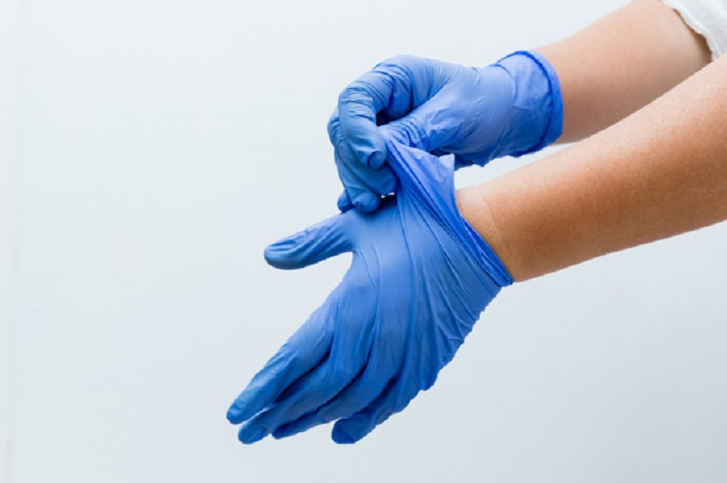 https: img.okezone.com content 2020 07 08 481 2243192 cegah-penyebaran-virus-kapan-seseorang-harus-gunakan-sarung-tangan-6RLork6M7K.jpg