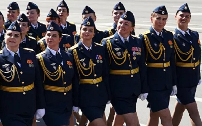 https: img.okezone.com content 2020 07 08 612 2243199 viral-prajurit-perempuan-berjalan-dengan-sebuah-sepatu-selama-parade-D1NDTt3J4t.jpg