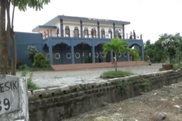 https: img.okezone.com content 2020 07 08 615 2242886 masjid-perahu-gresik-bukti-sejarah-syiar-islam-melalui-jalur-laut-9vhOQ9pMGW.jpg