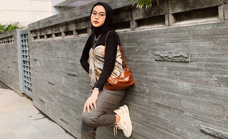 https: img.okezone.com content 2020 07 08 617 2243010 kasual-dan-trendi-padu-padan-outfit-pants-ala-refina-habillia-UimnNTLhA4.jpg