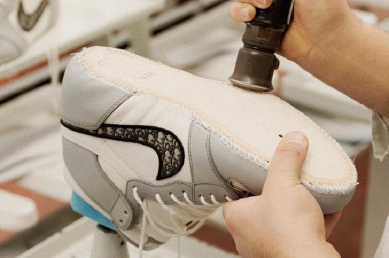 https: img.okezone.com content 2020 07 09 194 2243938 air-jordan-1-og-dior-sneaker-paling-dinanti-di-2020-resmi-rilis-ykbLWTiDy7.jpg