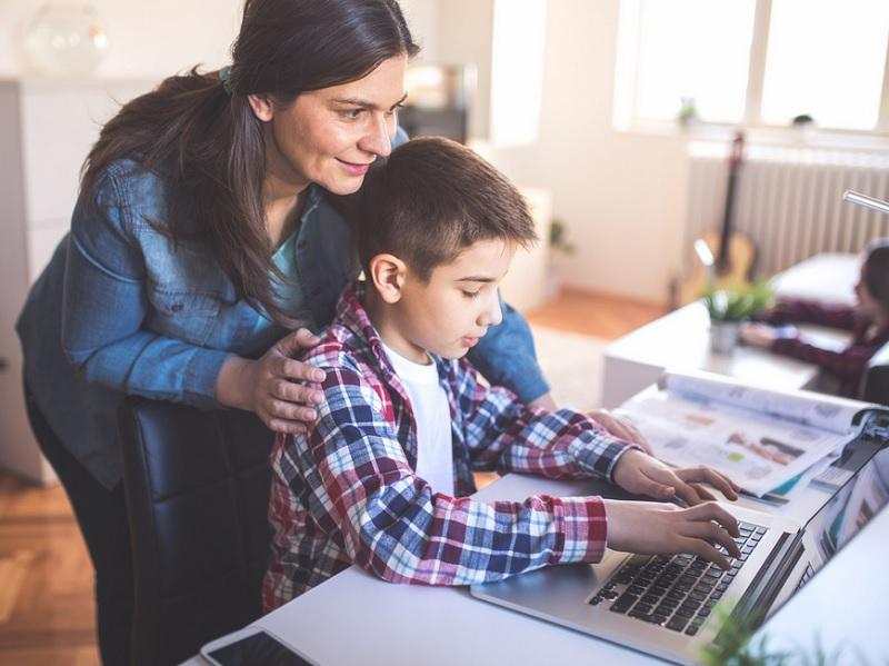 https: img.okezone.com content 2020 07 09 196 2243650 cara-menghadapi-anak-yang-sudah-mulai-bosan-belajar-online-OaqizZibmi.jpg