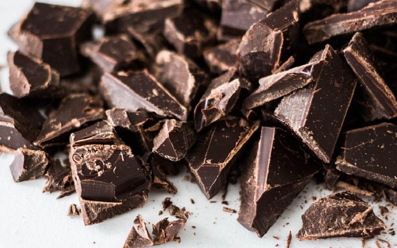 https: img.okezone.com content 2020 07 09 298 2243960 4-manfaat-cokelat-hitam-yang-perlu-kamu-tahu-nomor-3-bikin-mood-lebih-baik-R7uqJ1TQ2w.jpg