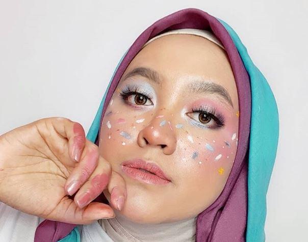 https: img.okezone.com content 2020 07 09 616 2243537 4-inspirasi-art-makeup-ala-karina-mahar-unik-dan-menarik-8JDj57nC5I.JPG