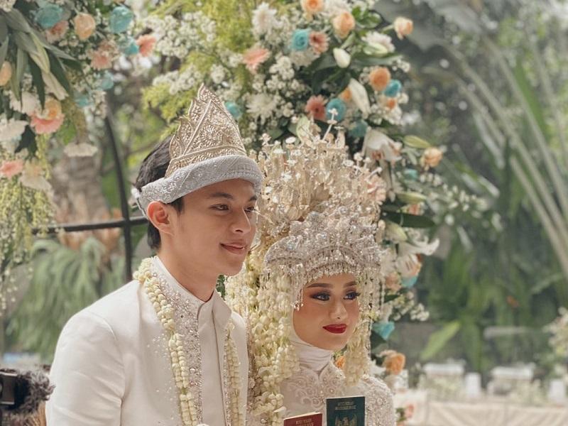 https: img.okezone.com content 2020 07 10 194 2244307 potret-pernikahan-dinda-hauw-dan-rey-mbayang-adat-palembang-bernuansa-putih-u2ihxwkZNi.jpg