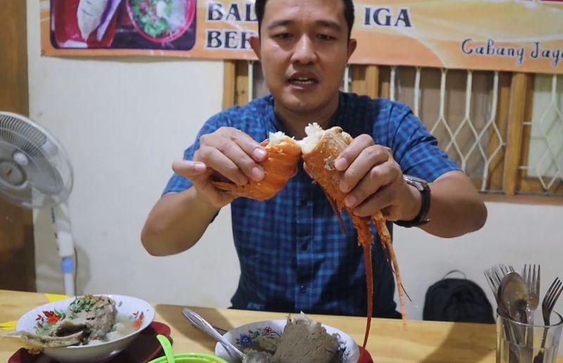 https: img.okezone.com content 2020 07 10 298 2244104 rela-antre-5-jam-demi-bakso-lobster-viral-dave-taslim-saking-ramainya-pernah-digerebek-satpol-pp-eAo6Uro1Gw.jpg