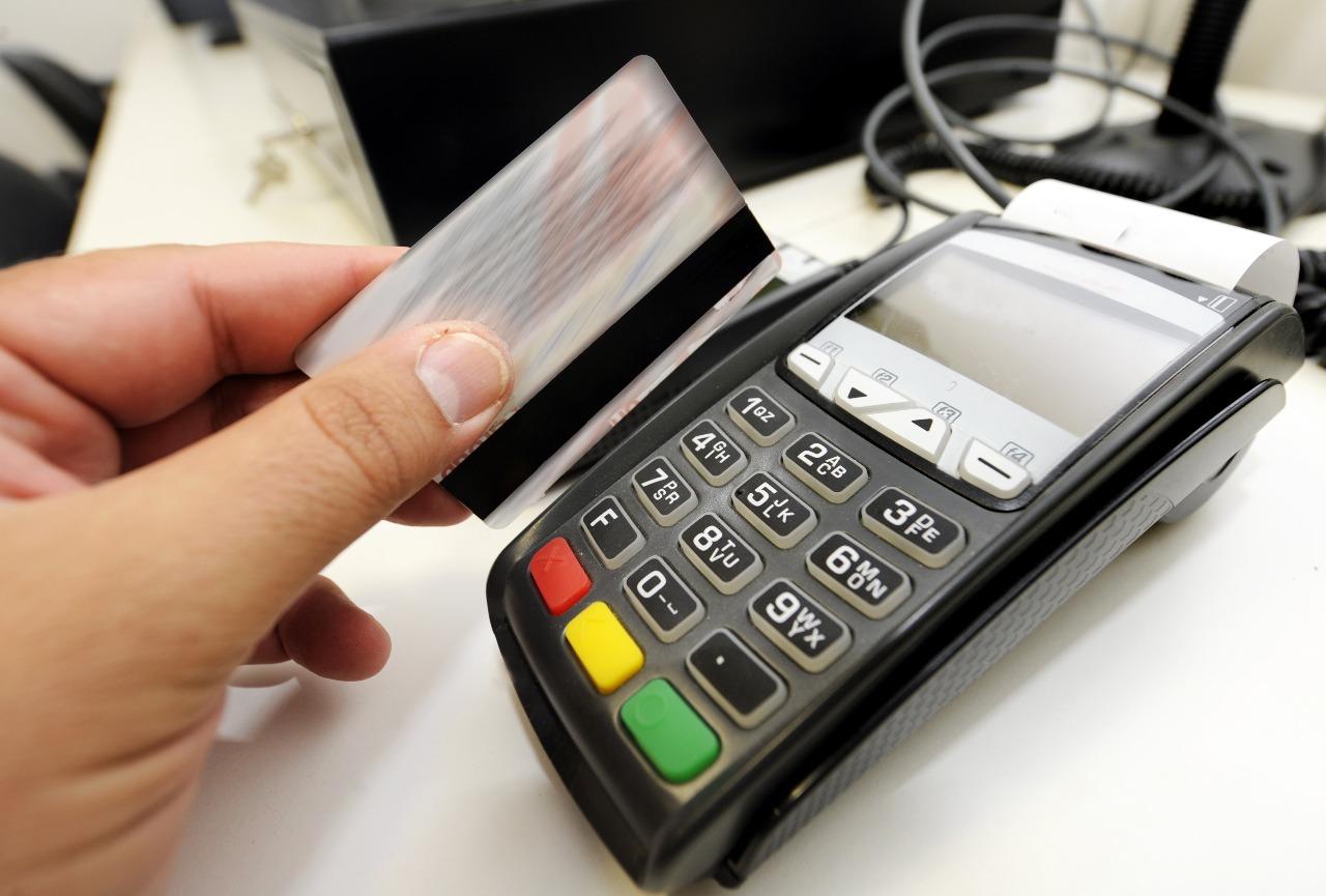 https: img.okezone.com content 2020 07 10 320 2244276 trik-tak-boros-saat-ke-mal-tinggalkan-kartu-kredit-di-rumah-hP0RzHV7yf.jpg