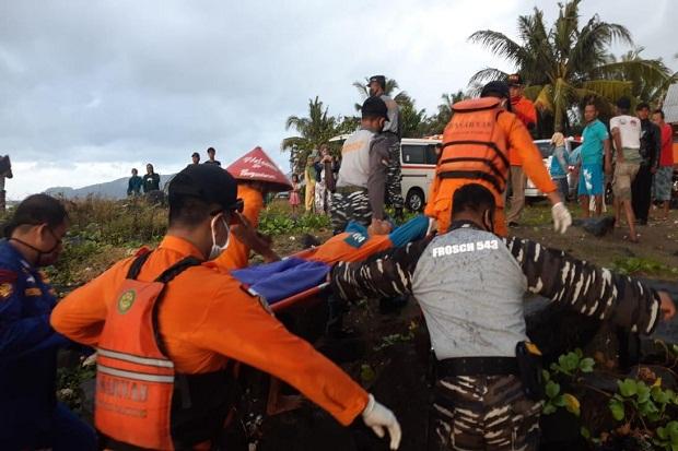 https: img.okezone.com content 2020 07 10 525 2244139 kapal-ditemukan-mati-mesin-di-perairan-pangandaran-3-nelayan-selamat-OTAqgGvTzT.jpg
