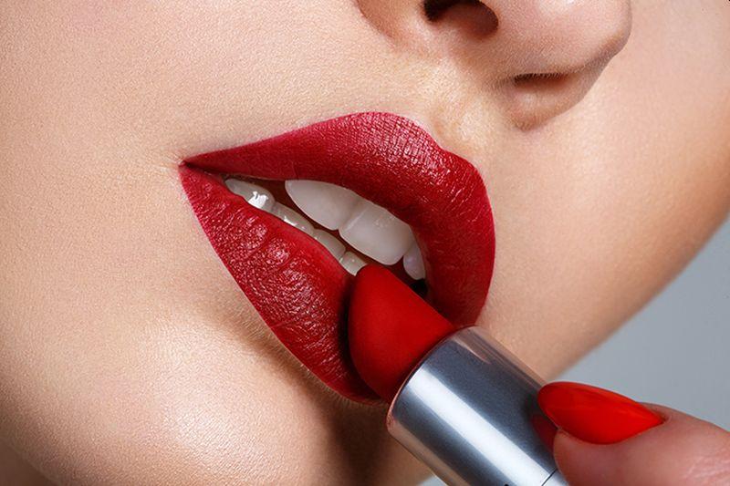 https: img.okezone.com content 2020 07 10 611 2244482 5-tips-memilih-lipstik-yang-cocok-sesuai-warna-kulit-XZTlzHzVQW.jpg