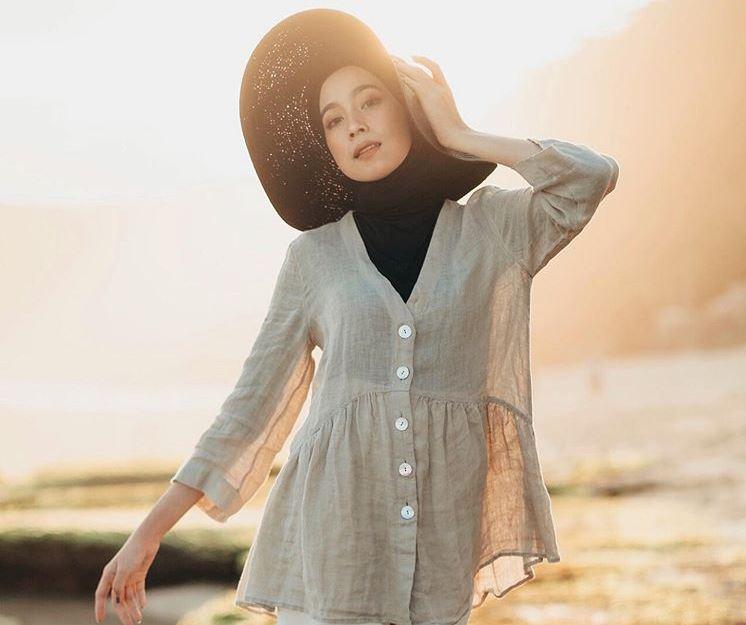 https: img.okezone.com content 2020 07 11 617 2244868 menikmati-sunset-dengan-gaya-outfit-santai-ala-selebgram-amelia-elle-Cot0n4KXSo.jpg