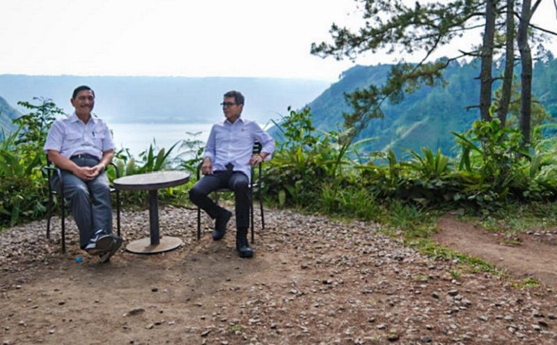 https: img.okezone.com content 2020 07 12 406 2245110 wishnutama-dorong-pengembangan-ekonomi-kreatif-di-sekitar-danau-toba-FV6yxt5O7a.jpg