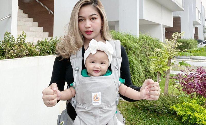 https: img.okezone.com content 2020 07 13 196 2245870 5-momen-manis-mama-cantik-eriska-nakesya-ngasuh-putri-young-lex-Cd2r6VB1LV.jpg
