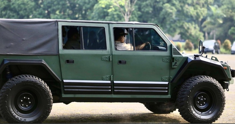 https: img.okezone.com content 2020 07 13 337 2245602 aksi-prabowo-tunggangi-si-maung-kendaraan-tempur-karya-anak-bangsa-hebohkan-jagat-maya-hlY5AoFuE9.jpg