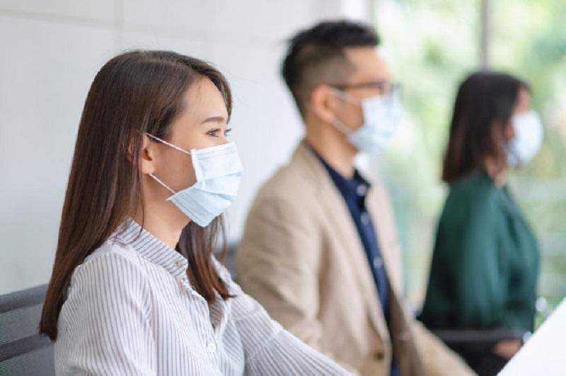 https: img.okezone.com content 2020 07 13 481 2245624 covid-19-diduga-menular-lewat-airbone-dokter-paru-imbau-pakai-masker-dalam-ruangan-qW78Tkmt4B.jpg