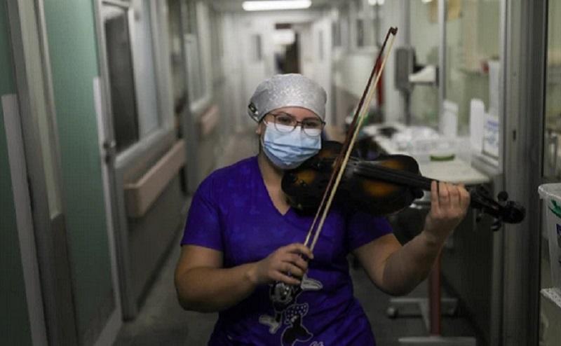 https: img.okezone.com content 2020 07 13 612 2245372 perawat-rumah-sakit-ini-hibur-pasien-covid-19-dengan-bermain-biola-usai-kerja-oMD58RG79U.jpg