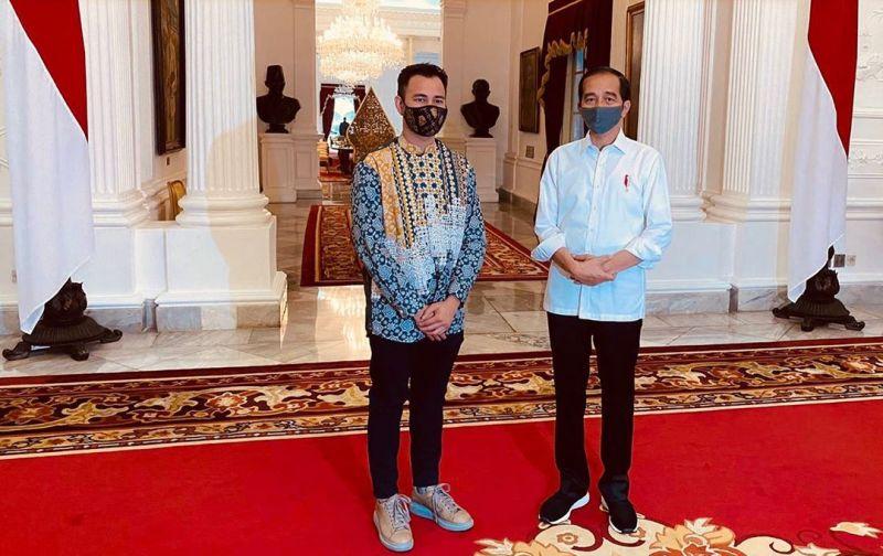 https: img.okezone.com content 2020 07 14 194 2246273 bertemu-jokowi-raffi-ahmad-hingga-raisa-pamerkan-masker-keren-OeJEef0mFa.jpg