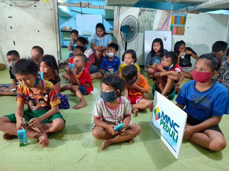 https: img.okezone.com content 2020 07 14 337 2245957 hari-anak-nasional-masa-pandemi-mnc-peduli-berbagi-kebahagiaan-di-petak-seng-K6wwcuk3pm.jpg
