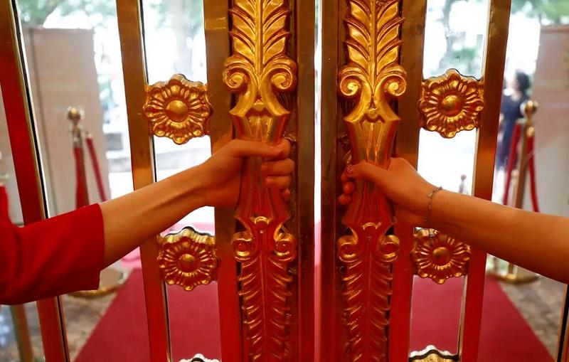 https: img.okezone.com content 2020 07 14 470 2246254 begini-penampakan-hotel-berlapis-emas-toilet-hingga-gagang-pintunya-berkilau-pOBtLpHVLp.jpg