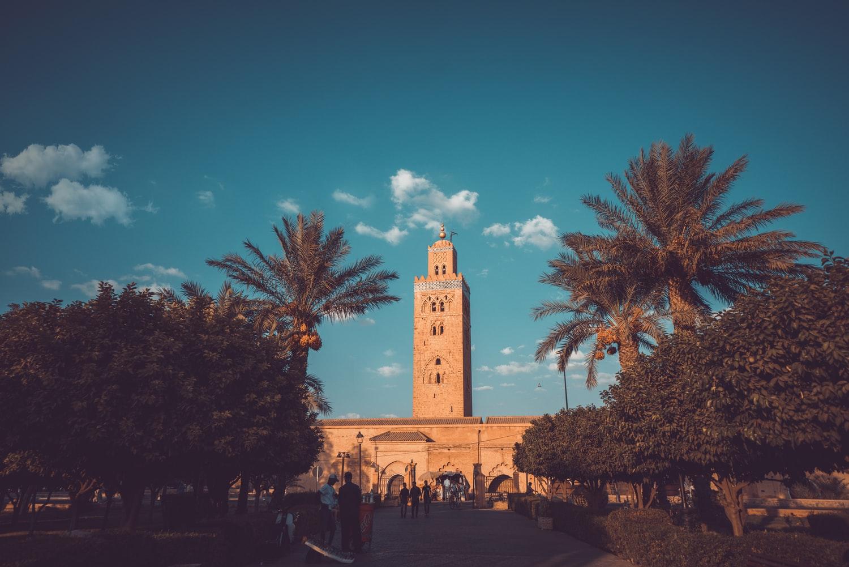 https: img.okezone.com content 2020 07 14 615 2246268 masjid-koutobia-di-maroko-penuh-sejarah-berciri-menara-tinggi-menjulang-kEi2zk4kOt.jpg