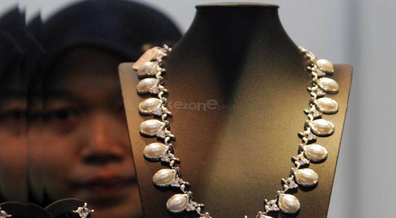 https: img.okezone.com content 2020 07 15 20 2246767 singapura-resesi-ekspor-logam-mulia-hingga-permata-ri-tetap-moncer-qruqDWu8UB.jpg