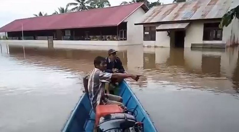 https: img.okezone.com content 2020 07 15 340 2246933 banjir-1-2-meter-rendam-7-kecamatan-di-kapuas-hulu-warga-diminta-waspada-tXURgoBp5l.jpg