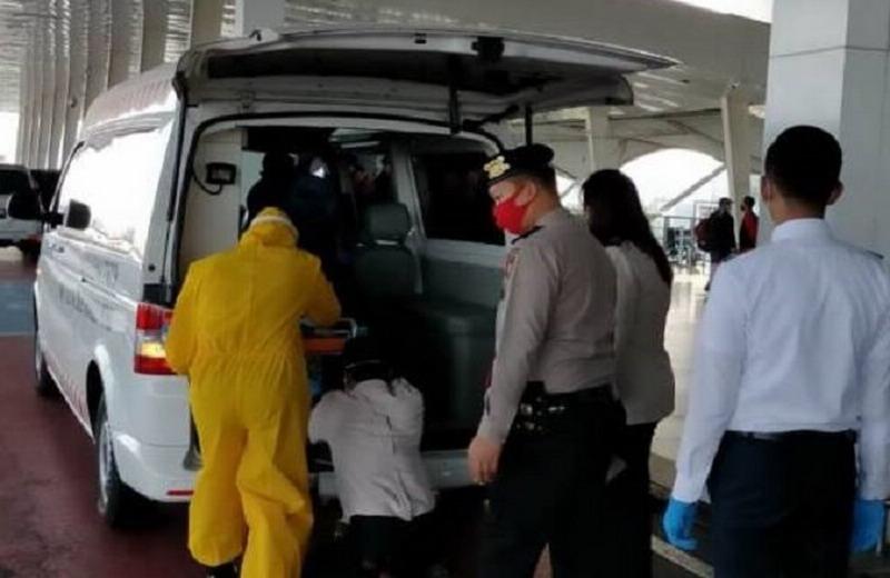 https: img.okezone.com content 2020 07 15 340 2246941 penumpang-lion-air-meninggal-mendadak-di-bandara-kualanamu-U1J1FxxgGU.jpg