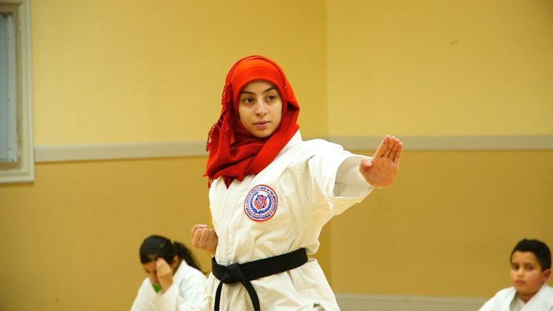 https: img.okezone.com content 2020 07 15 43 2246889 aprar-hassan-jadi-muslimah-amerika-pertama-yang-kenakan-hijab-di-turnamen-nasional-ccRDpskypu.jpg