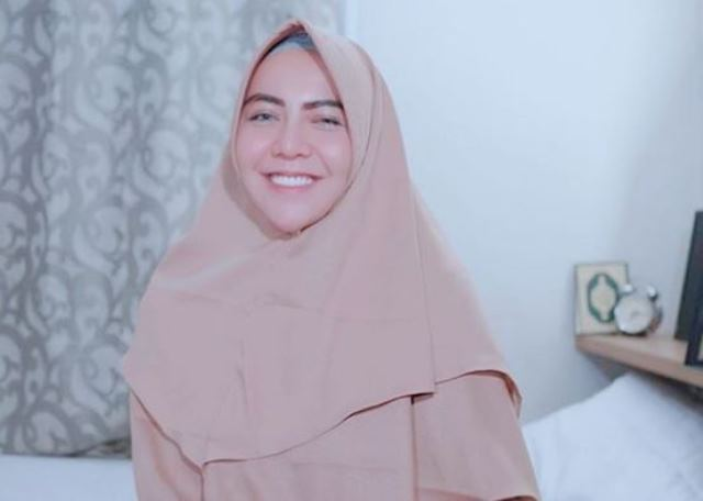 https: img.okezone.com content 2020 07 15 49 2246828 pesona-gaya-hijab-sporty-dan-syar-i-istri-bek-persija-alfath-fahtier-E31gEPMpmJ.JPG