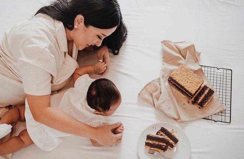 https: img.okezone.com content 2020 07 16 196 2247450 so-sweet-intip-4-foto-mama-cantik-mutia-ayu-momong-baby-gewa-sZdERYTroO.jpg