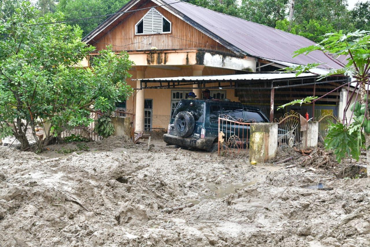 https: img.okezone.com content 2020 07 16 609 2247646 4-930-orang-terdampak-banjir-luwu-utara-pemerintah-siapkan-tempat-tinggal-sementara-5ZDFwdLqVA.jpeg